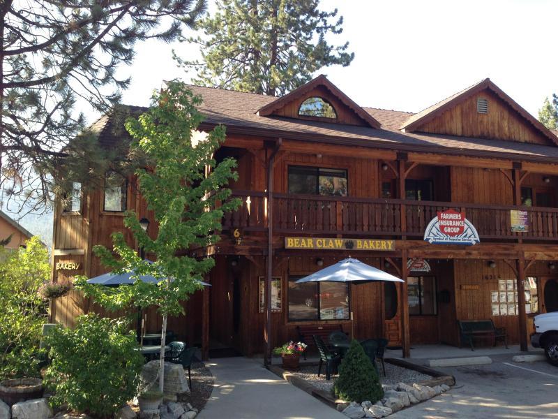 Välkommen till Pine Mountain Club Village Center. Bear Claw bageri