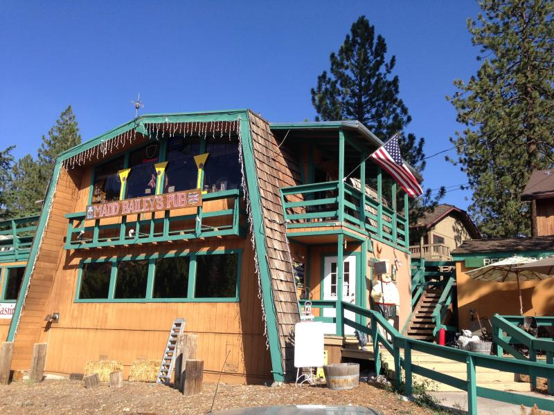 Välkommen till Pine Mountain Club Village Center. MADD Bailey's Pub