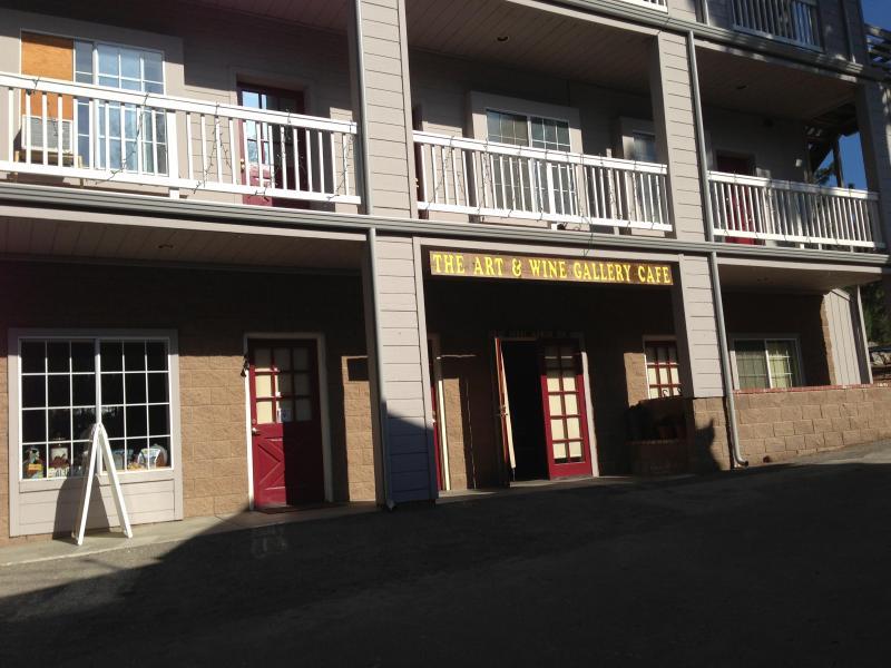 Välkommen till Pine Mountain Club Village Center. Konst & Wine Gallery Cafe