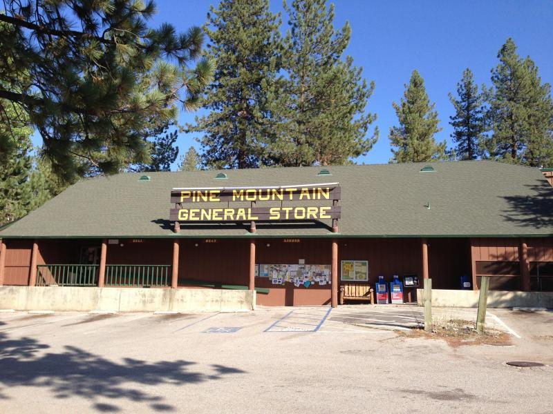 Välkommen till Pine Mountain Club Village Center. Lanthandel