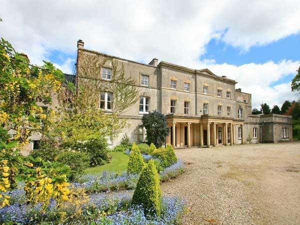COOK'S FLAT, second floor apartment, romantic retreat, open fire, on 1000 acre, Ferienwohnung in Ruabon