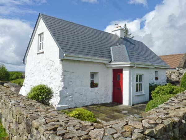TIGH MHICIL, pet-friendly, woodburner, pretty views, near Rosmuc, Ref. 26363, vacation rental in Costelloe