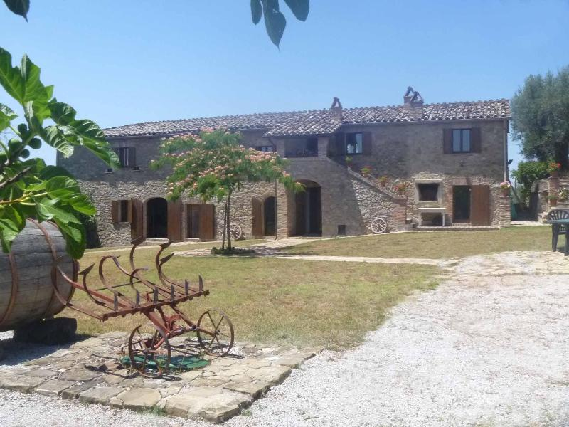 Traditional Large Farmhouse Villa With Private Infinity Pool, Large Gardens And La Dolce Vita, holiday rental in Perugia