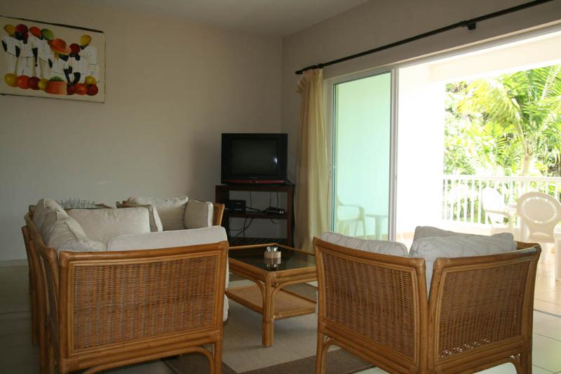 2bdr condo in a quiet area 50 m from the beach, alquiler de vacaciones en Espaillat Province