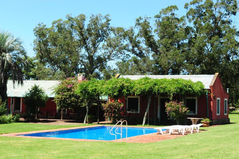 Chambre principale s'ouvre sur la piscine.  Dormitorio principale da a la piscina.