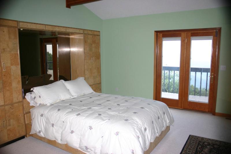 Queen Bed - Middle Bedroom