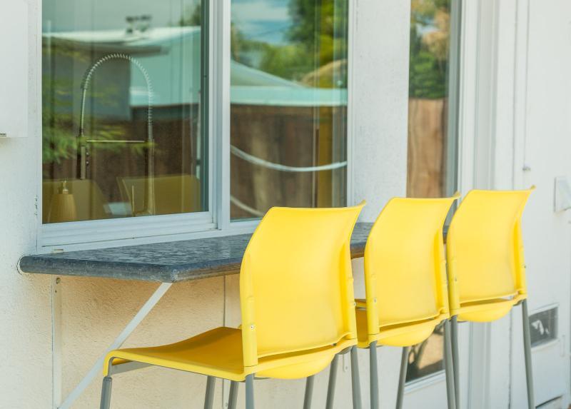 Outdoor-Bar mit Passthrough in Küche