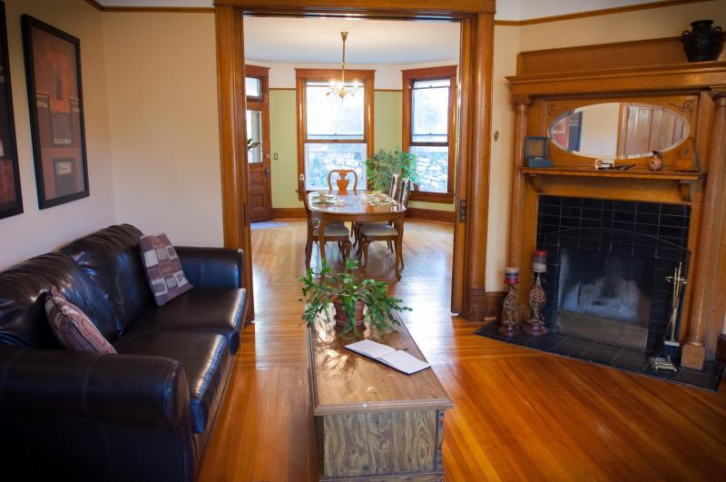 Existem duas salas de estar. Um tem uma lareira e sofás em pele; o outro tem uma TV e vitrais.