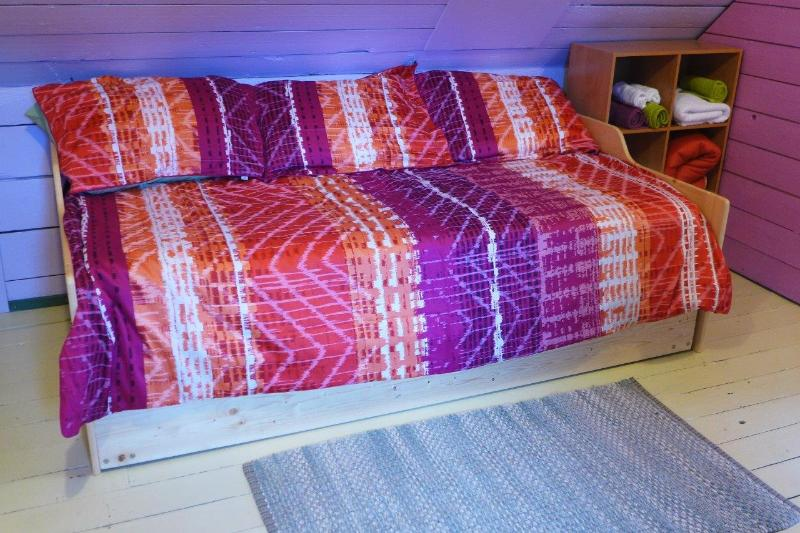 Daybed, and roll-a-bed on upstairs landing.