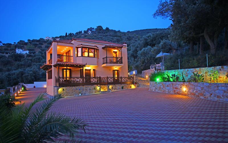 'NAIADES'  SPACIOUS APARTMENT CLOSE TO THE TOWN  WITH WONDERFUL VIEW, alquiler de vacaciones en Skopelos