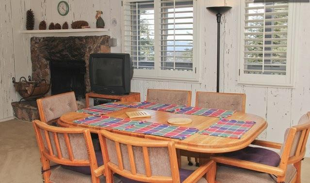 Table à manger se développe pour les invités.