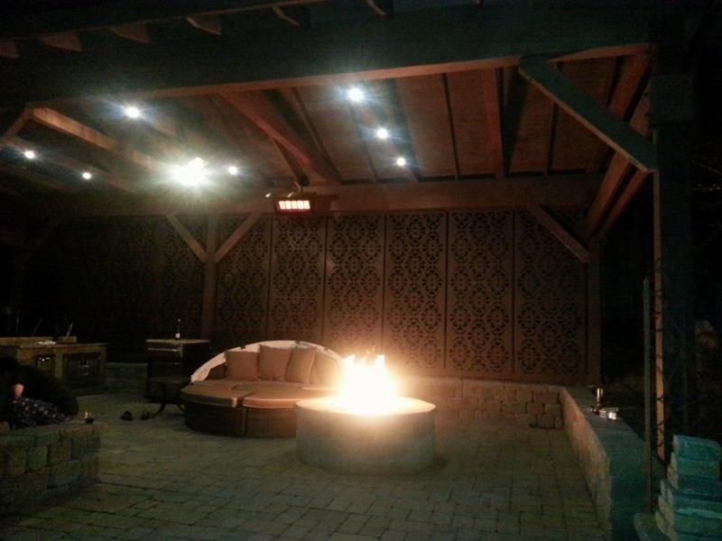 Terrasse supérieure avec couvercle nouvellement installé, chauffages et feux donc il peut être apprécié par tous les temps!!