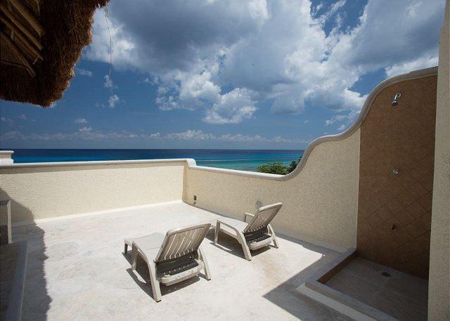 Profitez des magnifiques couchers de soleil et des vues depuis le balcon sur le toit