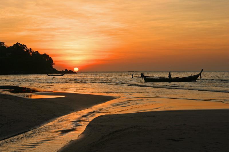 Atardecer en la playa de Kamala una de las más bellas playas de Phuket