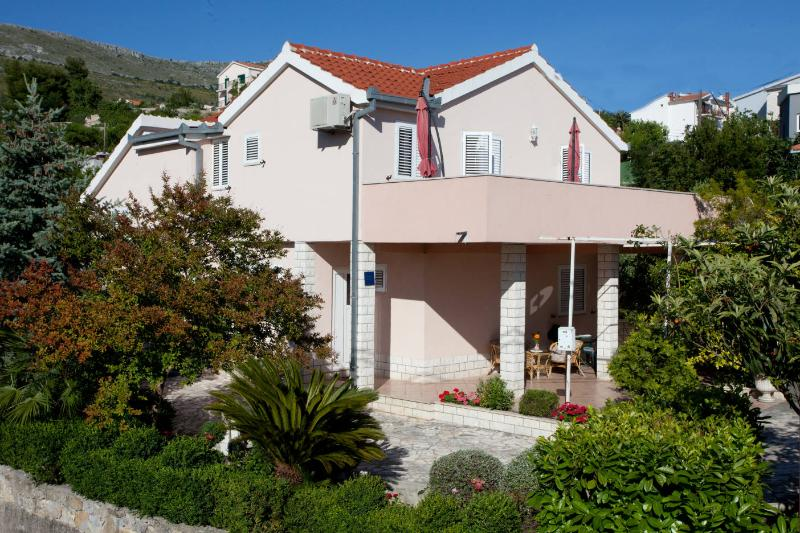 House with a garden,few steps away from the beach, vacation rental in Podstrana