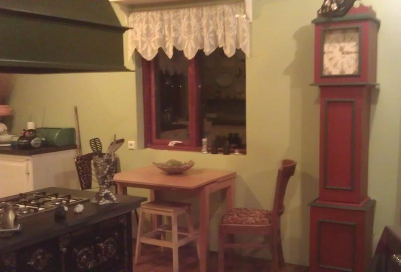 Pequena mesa de café na cozinha