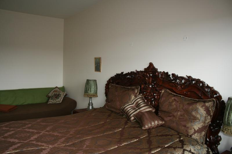 Quarto principal com um pequeno sofá