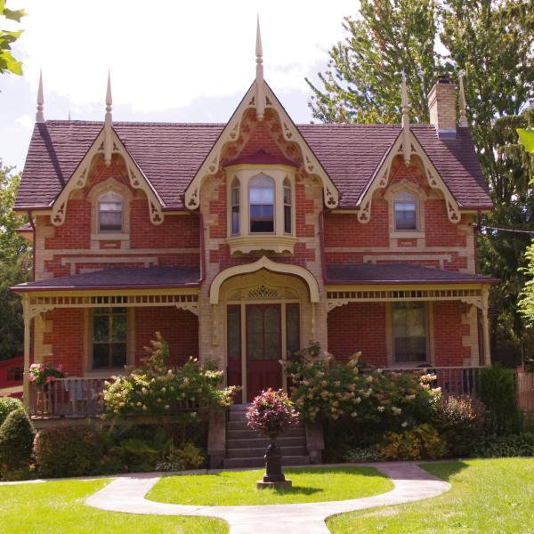 1867 precioso patrimonio casa en barrio histórico había rodeado de jardines y árboles lineds calles.