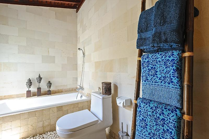 RELAX IN THE BATH IN THE MAIN BEDROOM EN SUITE. BATH SALTS AND FOAM COMPLIMENTARY