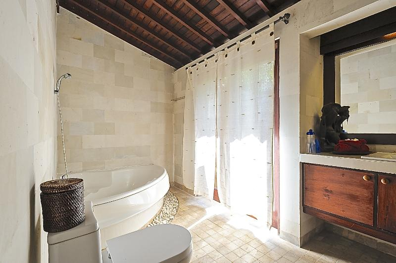 RELAX IN THE LARGE BATH IN THE SECOND BEDROOM EN SUITE. BATH SALTS AND FOAM COMPLIMENTARY