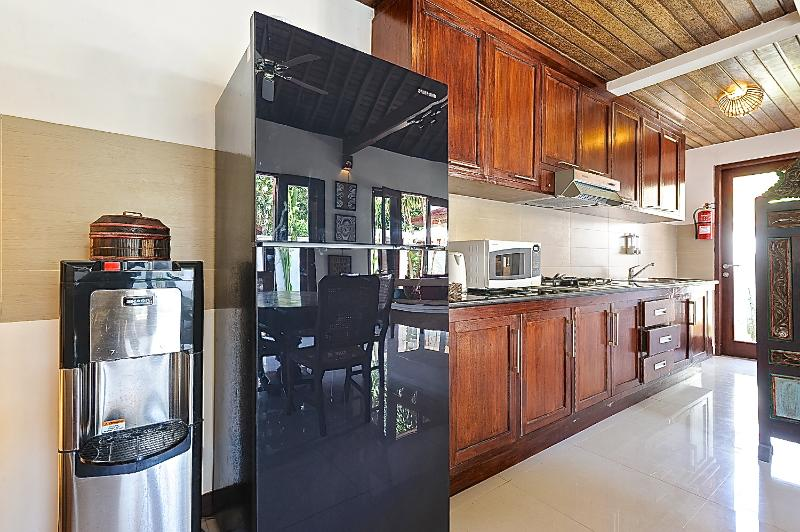 KITCHEN WITH LARGE REFRIGERATOR AND FILTERED WATER DISPENSER