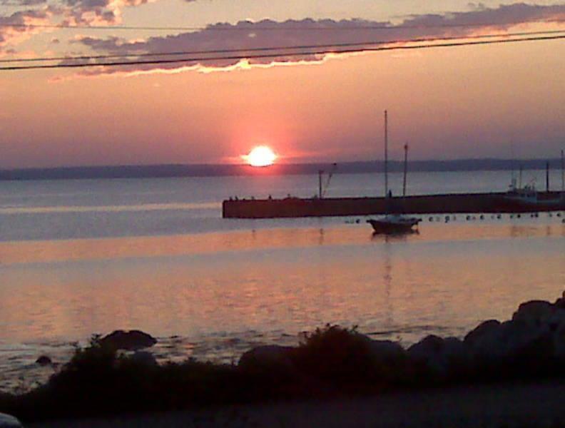 Sunrise rechtstreeks in voorzijde, kreeft boten zijn al uit het controleren van hun vallen