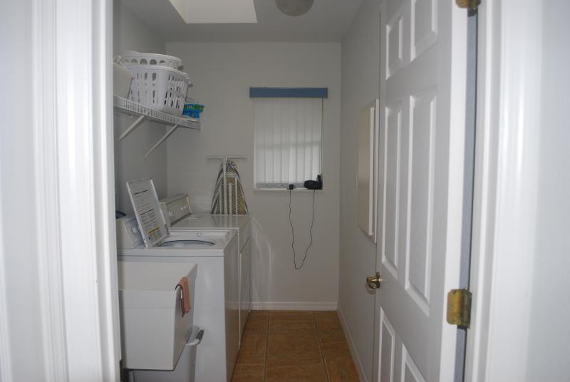 Waschraum mit voller Größe Waschmaschine & Trockner