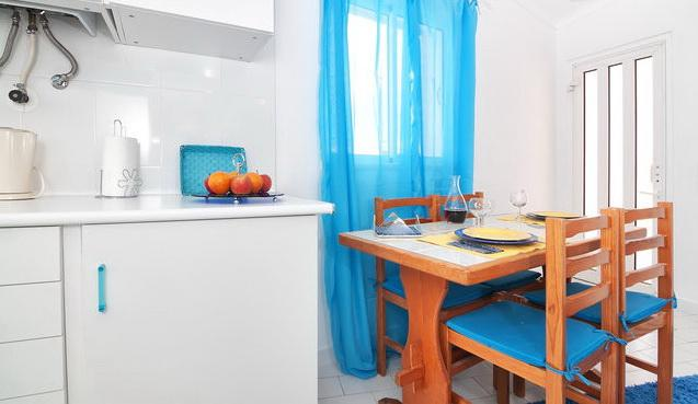 Kitchinette with a table for 4 guests