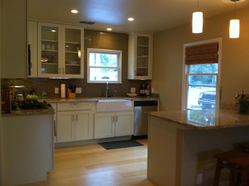 goed uitgeruste keuken met granieten aanrechtbladen en roestvrijstalen apparaten