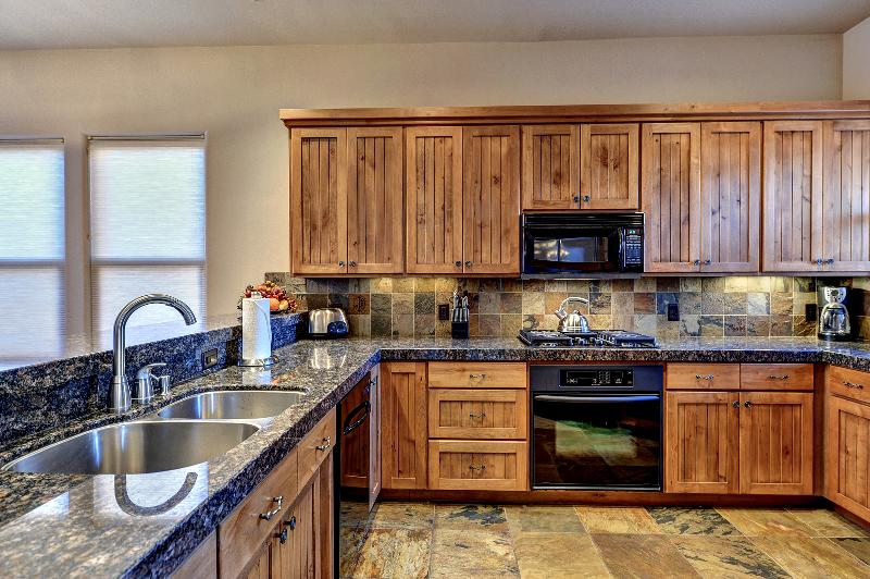 Beautiful Large And Equiped Kitchen
