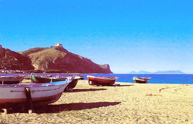 resort de playa de arena en el frente