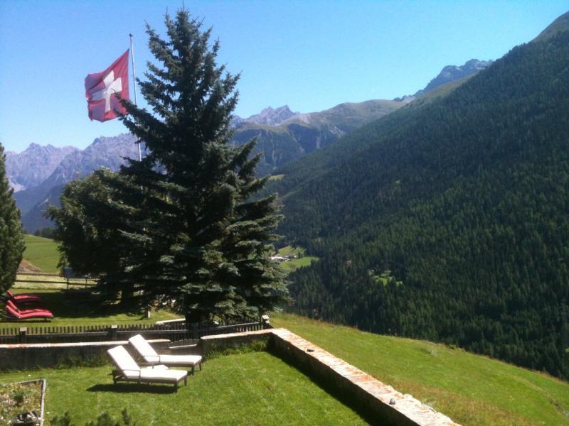 Su vista en la dirección de Italia y Austria en tiempo de verano.