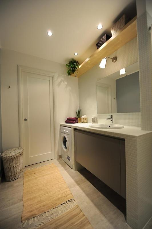 Large and equipped Bathroom