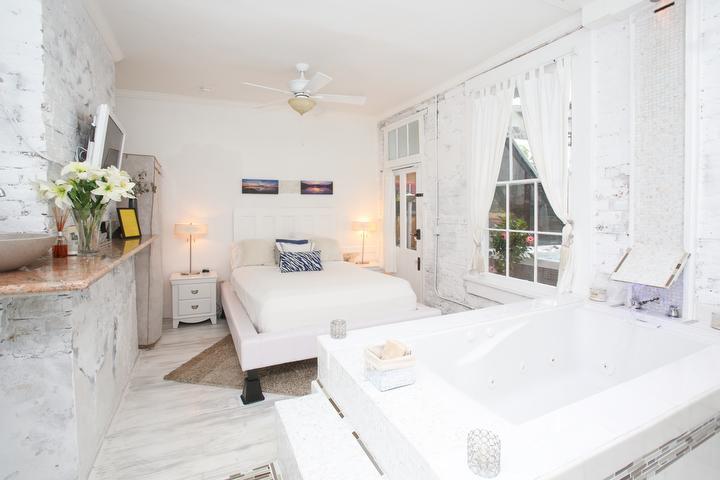 Sala blanca concepto abierto bañera de hidromasaje. No hay ducha.