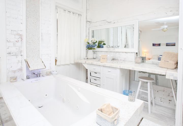 Sala blanca vanidad y jacuzzi spa. No hay ducha.