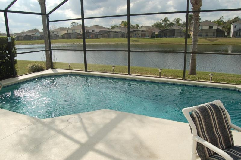 Abgeschirmte Pool mit Blick auf den See