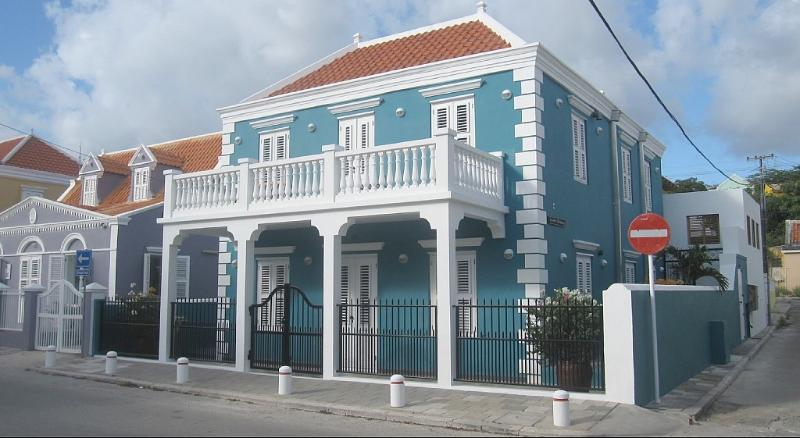 Front view of the monumental town villa. The apartment is on the first floor.