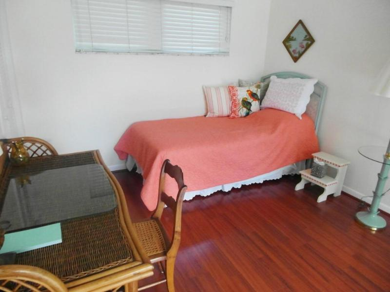 Bedroom for additional guests / office (one more foldable bed upon request)