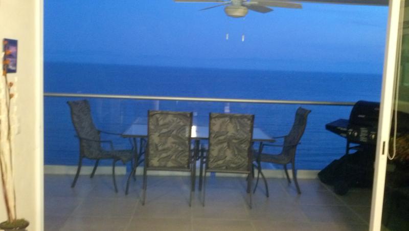 Notre terrasse avec barbecue à droite