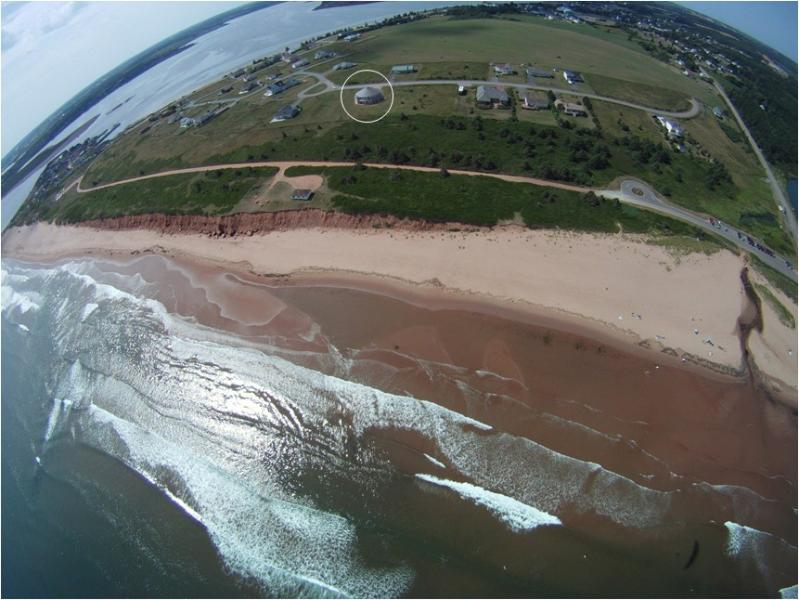 Viiew aéreo de la casa giratoria en la playa