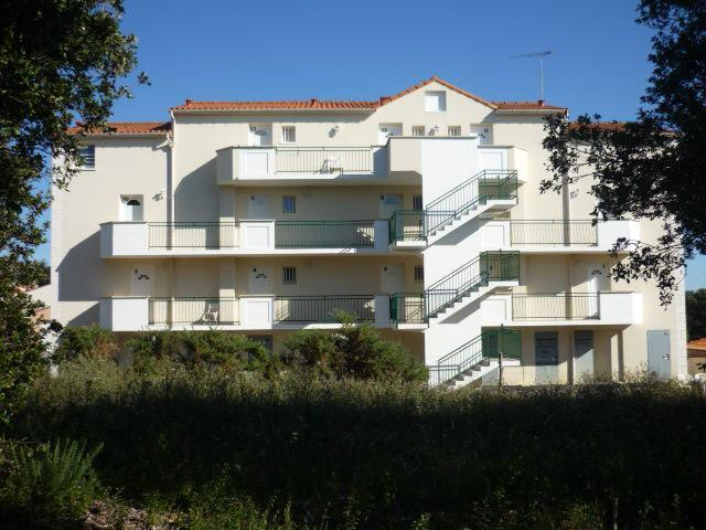 a 2009 building with flats certified 2 stars tourism in a residency with a pool at 140m cove sea sand coast, holiday rental in La Bernerie-en-Retz