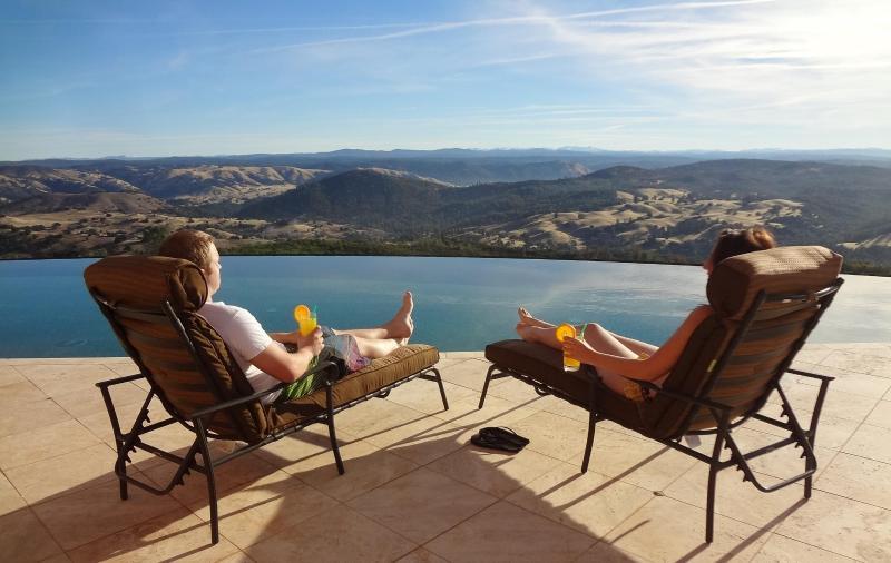 Salon sous le soleil de Californie tout en admirant la vue imprenable sur les montagnes de la Sierra Nevada