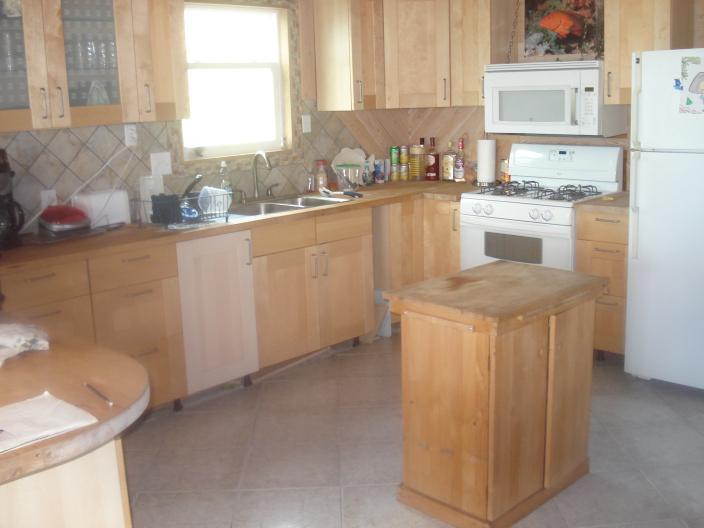 Cucina. Bordo sinistro della foto è l'inizio di bar per la colazione