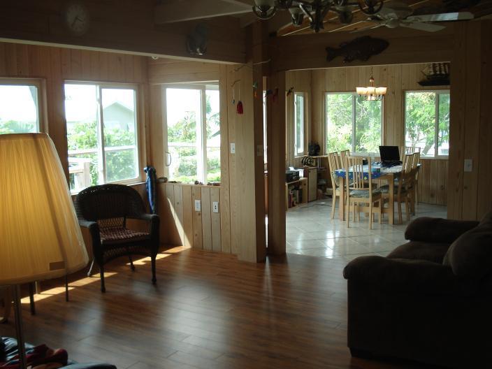 Sala da pranzo, guardando da salotto. Nota espansiva vista dalle finestre del soggiorno & sala da pranzo
