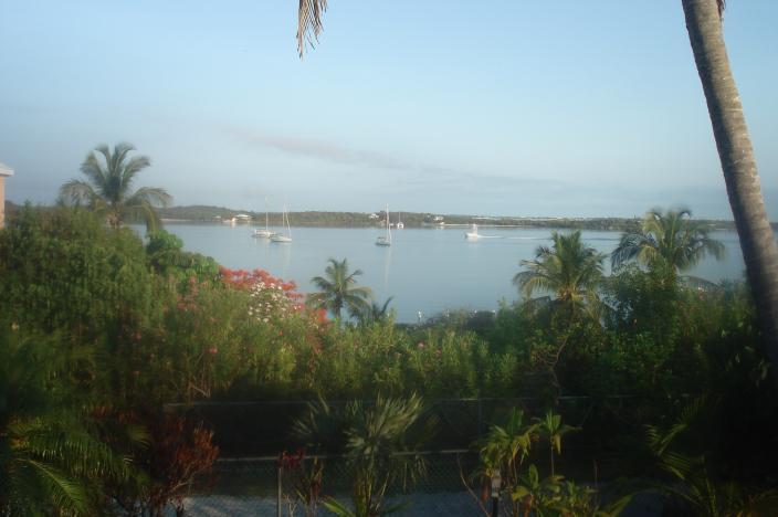 Dal ponte guardando verso ovest su una giornata calma. Lubbers Quarters (mi 2/3) & Abaco isola principale (4 miglia) via