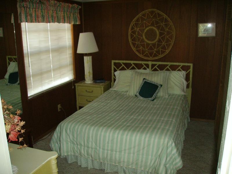 Slaapkamer met raam met uitzicht op water