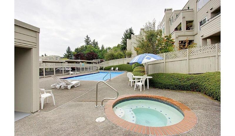 Seasonal Swimming pool and Jacuzzi for your enjoyment