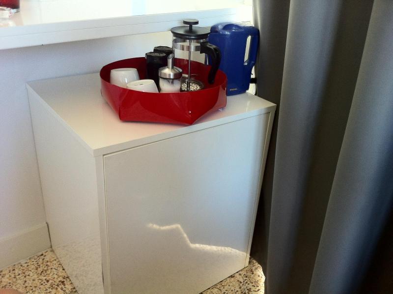 Bouilloire dans la chambre, les verres et les tasses mini réfrigérateur