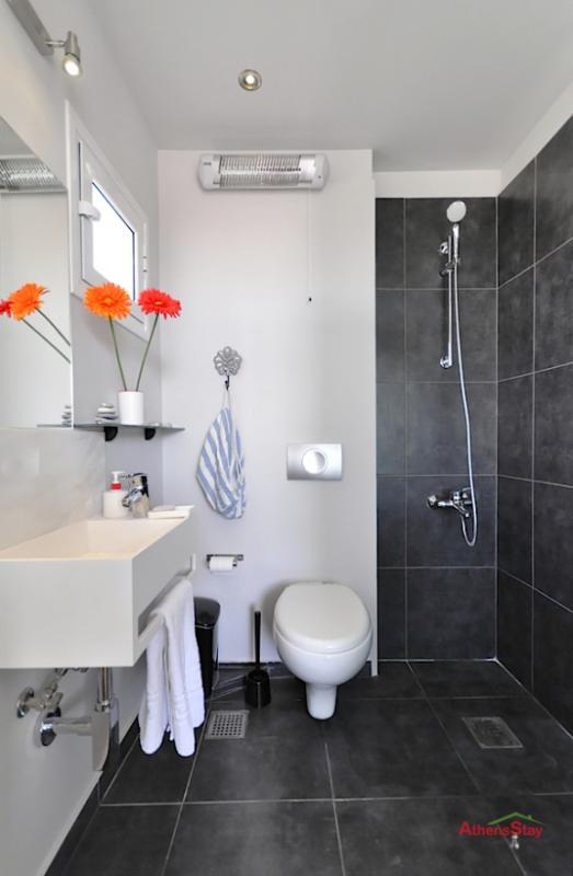 Vue complète de salle de bain