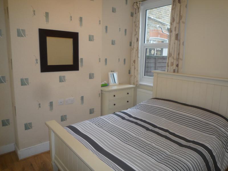 1 Bedroom ground floor apartment, garden, 10 min. tube, 20 min. City centre, holiday rental in Sutton